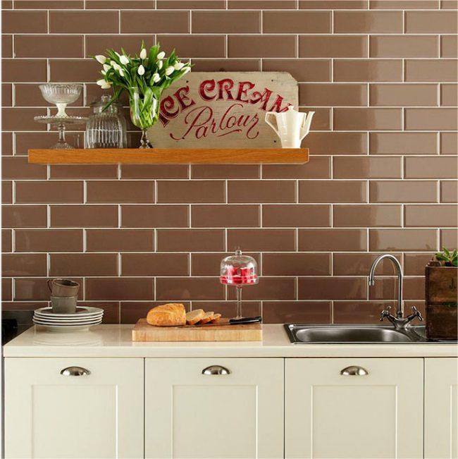 Décorer les murs de la cuisine avec des carreaux de café sous la maçonnerie