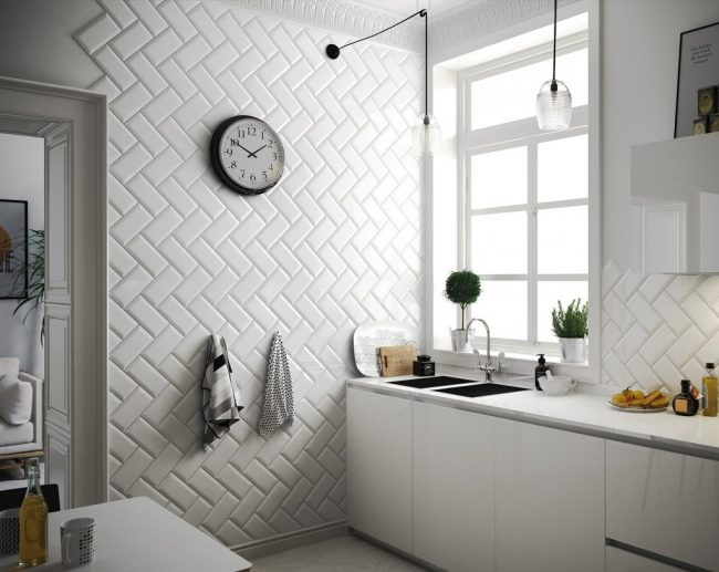 Décorer les murs de la cuisine avec des carreaux blancs