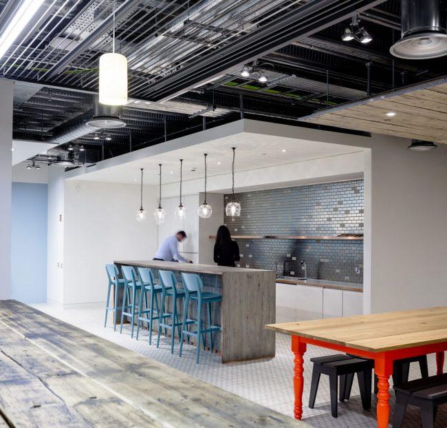 Mur de travail d'une cuisine moderne avec des carreaux