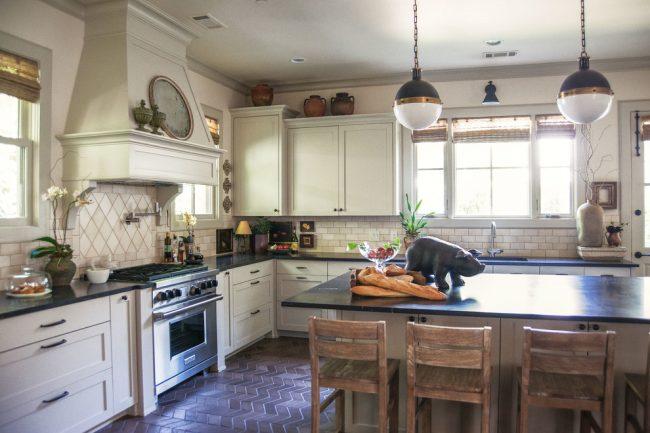 Dans une cuisine rustique, l'utilisation de carreaux de finition avec un effet vieillissant est pertinente.