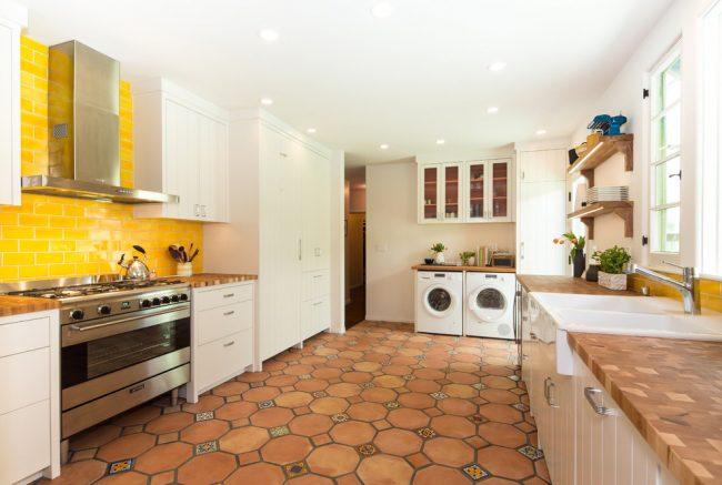 Ambiance ensoleillée, avec des carreaux jaunes, dans une cuisine lumineuse