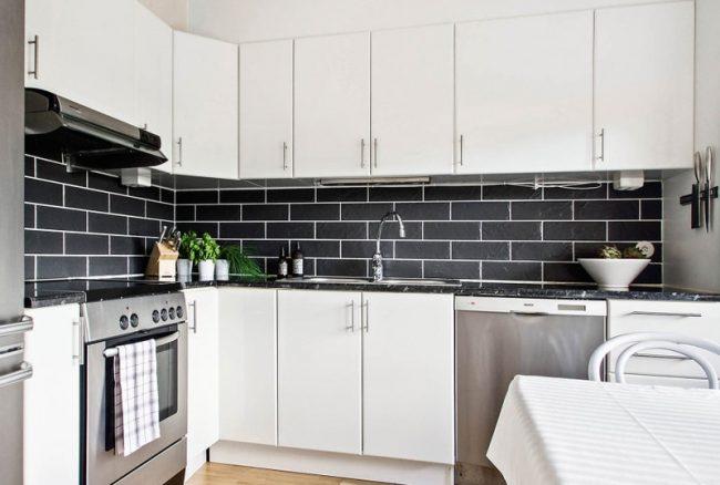 Beaux carreaux contrastés dans une cuisine blanche