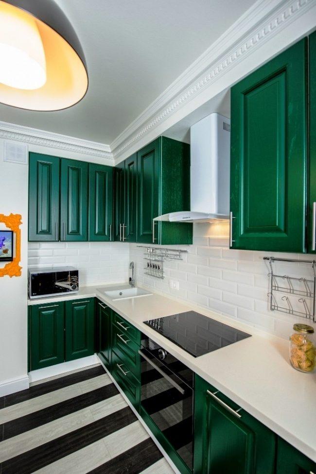 Les murs clairs de la pièce se rafraîchiront avec des nuances contrastées lumineuses dans le style art déco