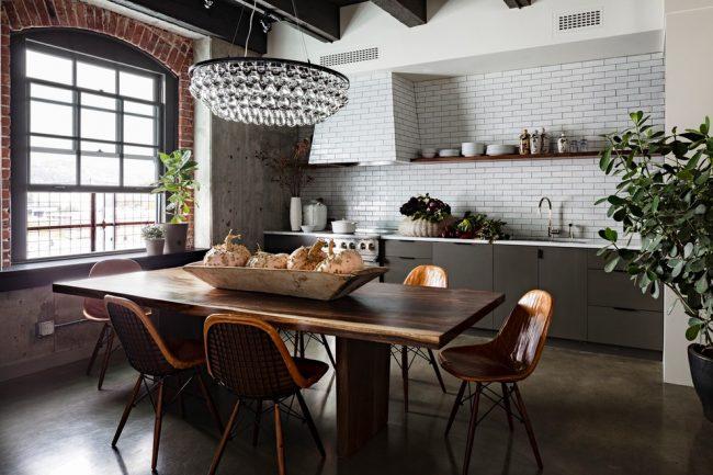 Combinaison harmonieuse de plusieurs styles dans une cuisine spacieuse