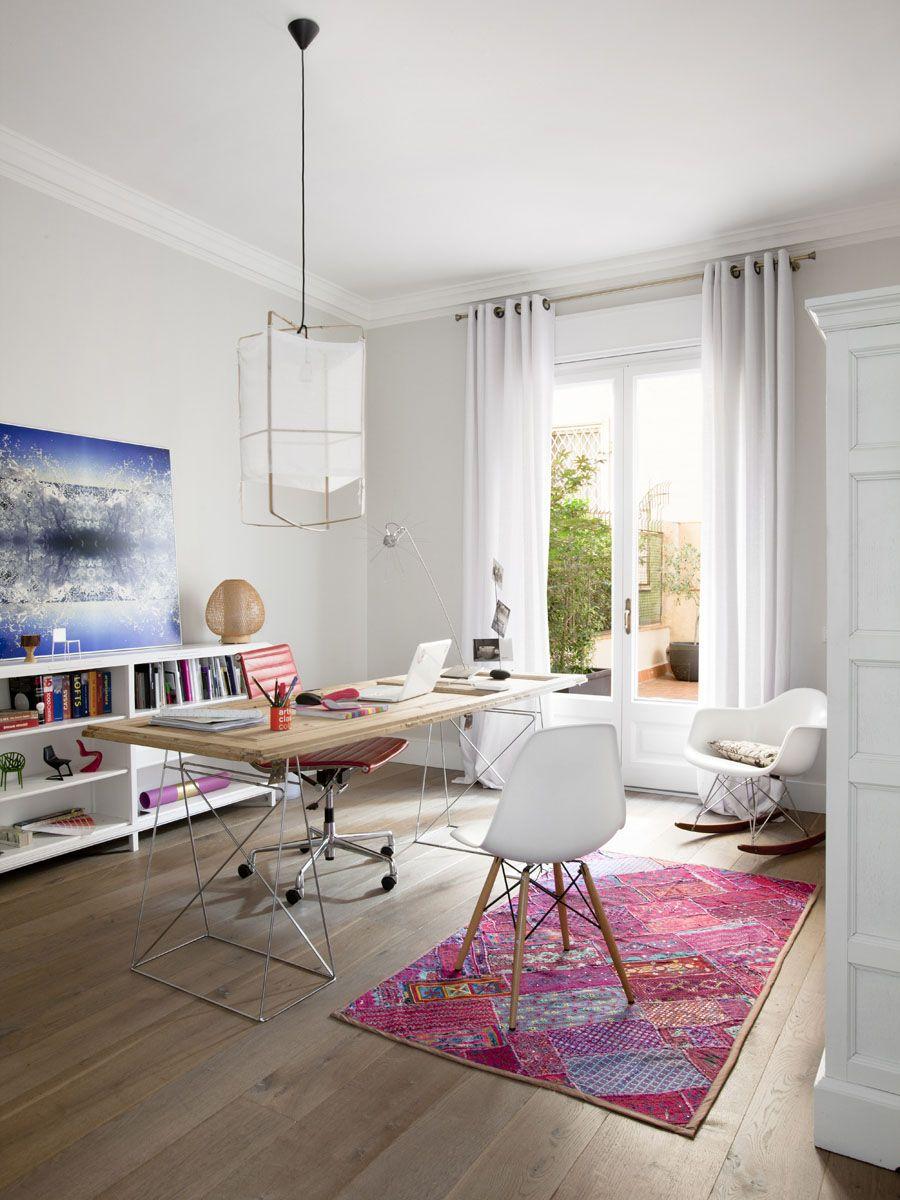Moulure de plafond blanche contre les murs et le plafond blancs