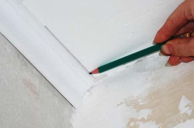 Nous dessinons une ligne le long de laquelle la plinthe sera collée