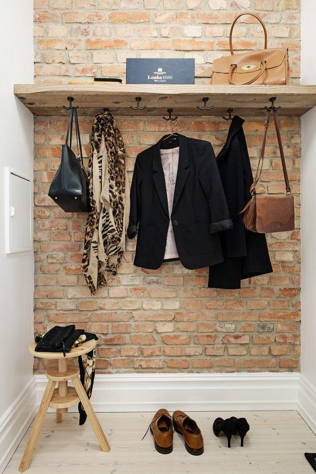 Couloir de style loft avec l'utilisation de matériaux naturels dans la décoration