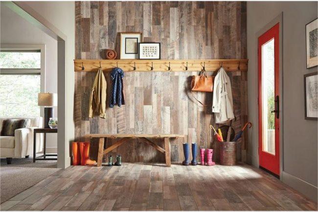 Couloir carré avec garniture en bois naturel