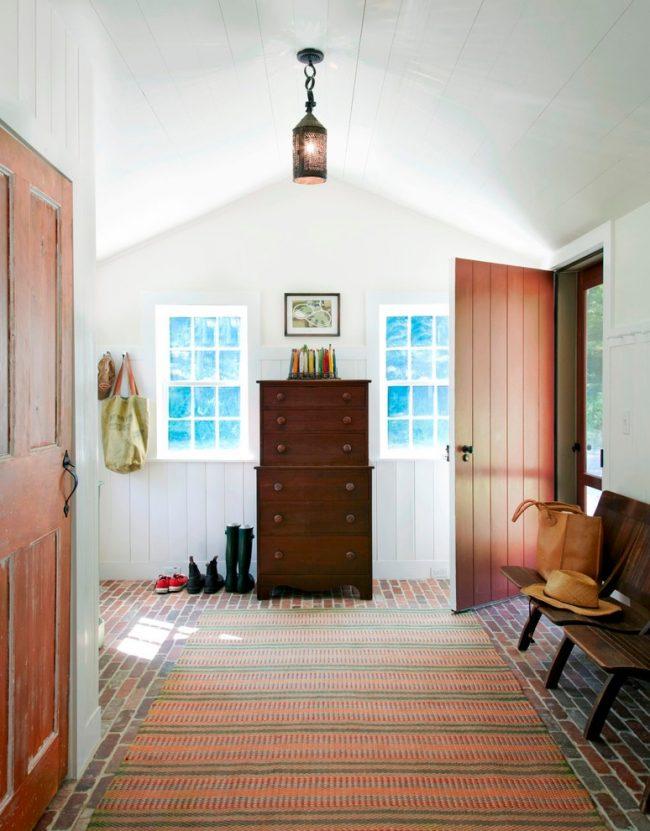 Grand hall d'entrée dans une maison de campagne avec un éclairage naturel et artificiel suffisant