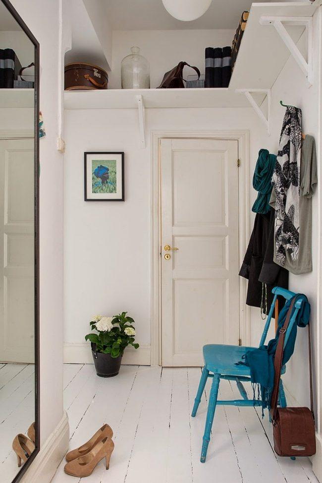 L'une des options bien connues pour agrandir l'espace est la présence d'un immense miroir dans une petite pièce.