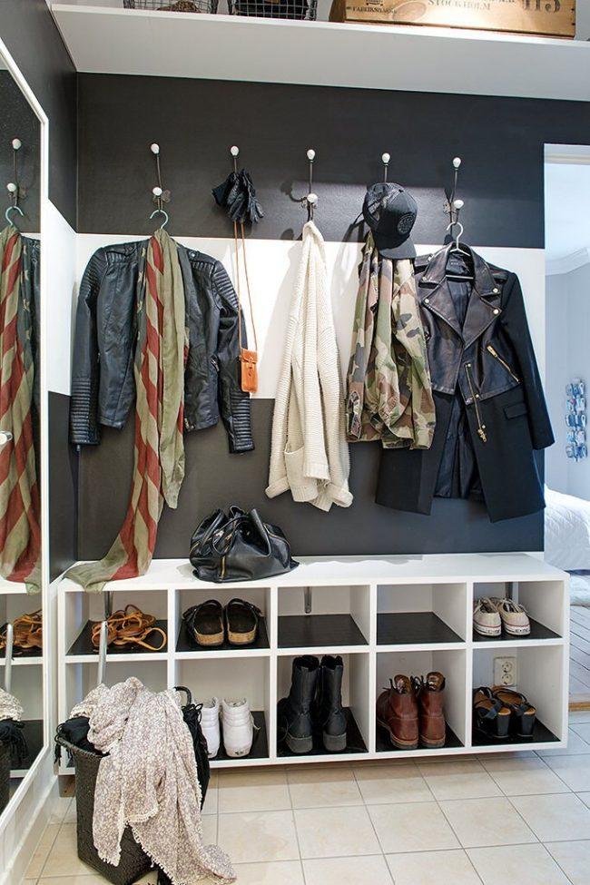 Couloir carré fonctionnel dans le style du minimalisme