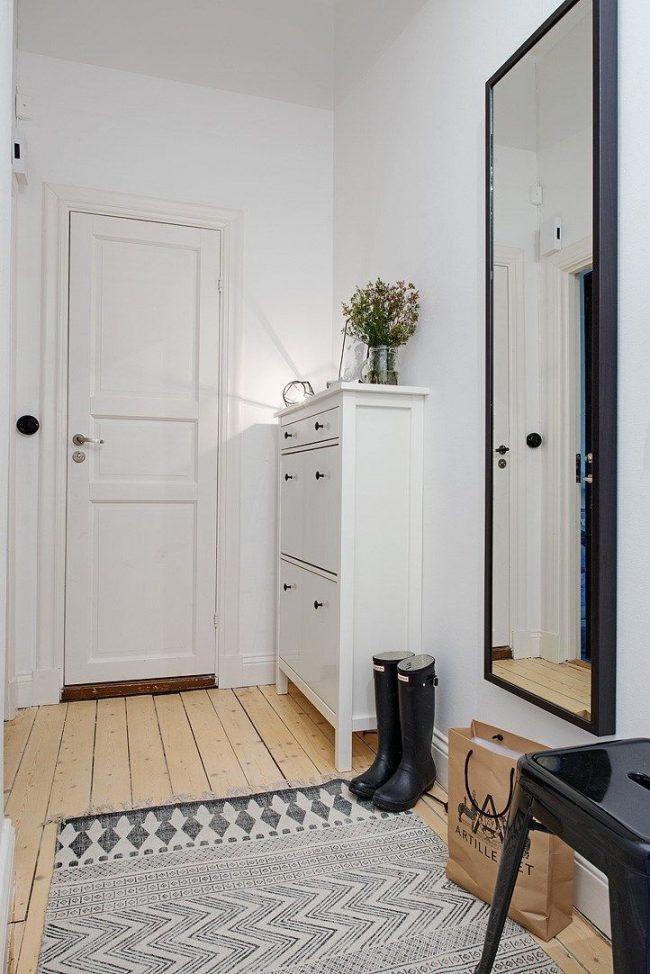 Un grand miroir aidera à agrandir un couloir étroit