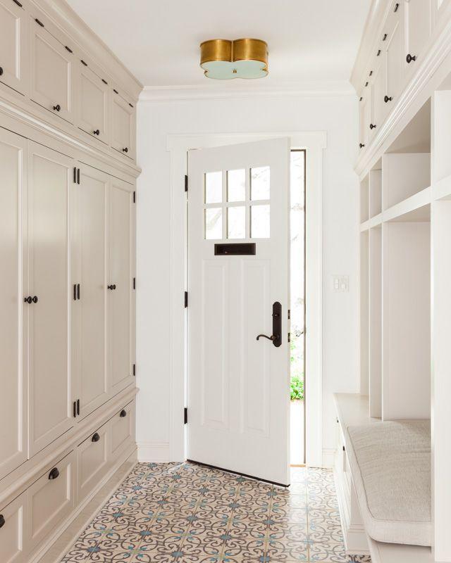 Couloir encastré spacieux de style classique