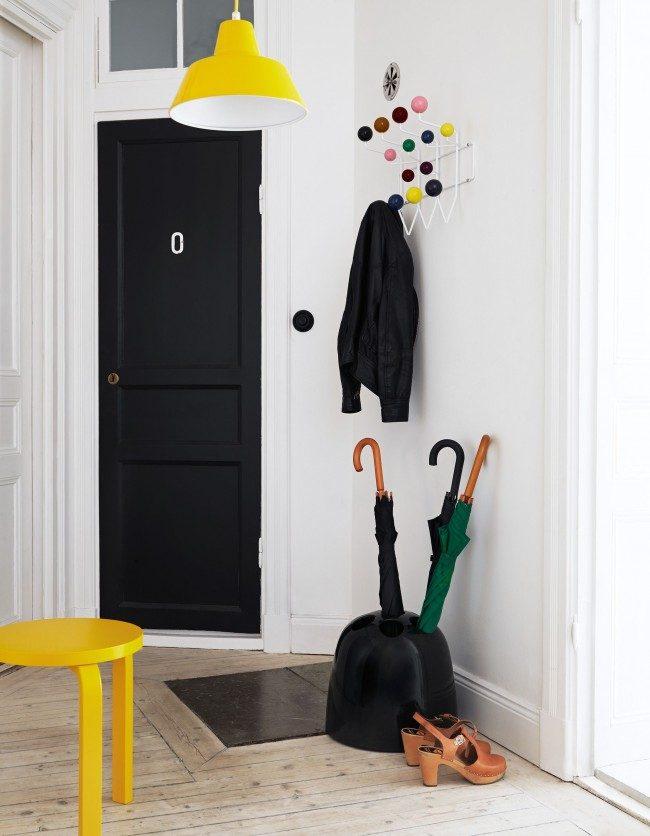 Petit espace fonctionnel pour les vêtements d'extérieur et les accessoires saisonniers