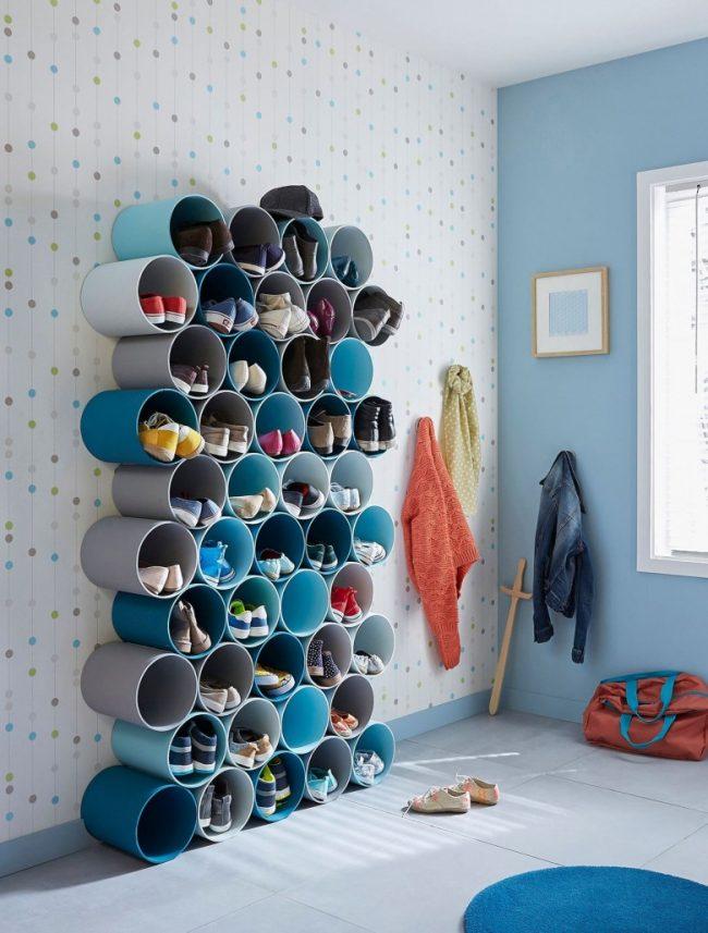 Une option intéressante pour ranger les chaussures dans le couloir, fabriquée dans une palette de couleurs