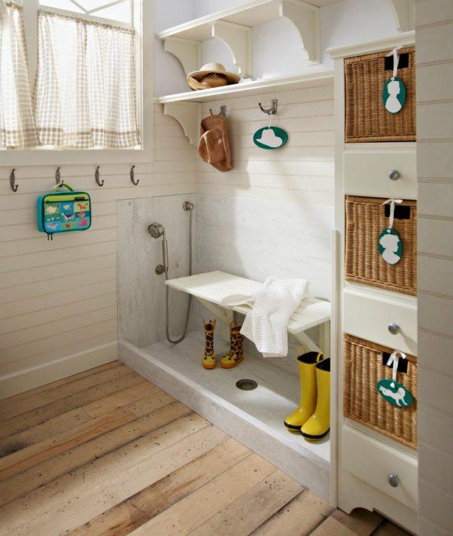 Une solution intéressante pour installer une mini douche pour laver les chaussures dans le couloir d'une maison privée