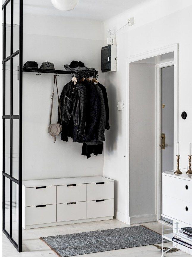 Des tons contrastés avec une prédominance de blanc, dans la conception d'un petit couloir