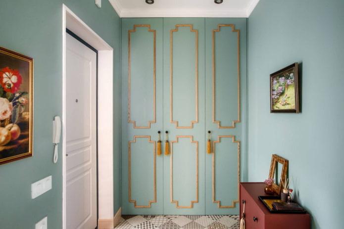 murs colorés dans le couloir