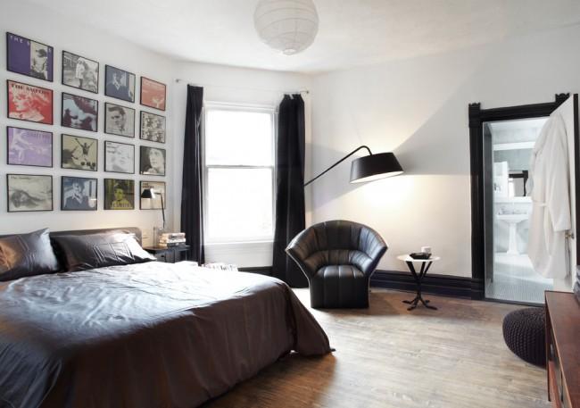 Chambre à coucher stricte pour hommes avec des éléments de décoration en cuir