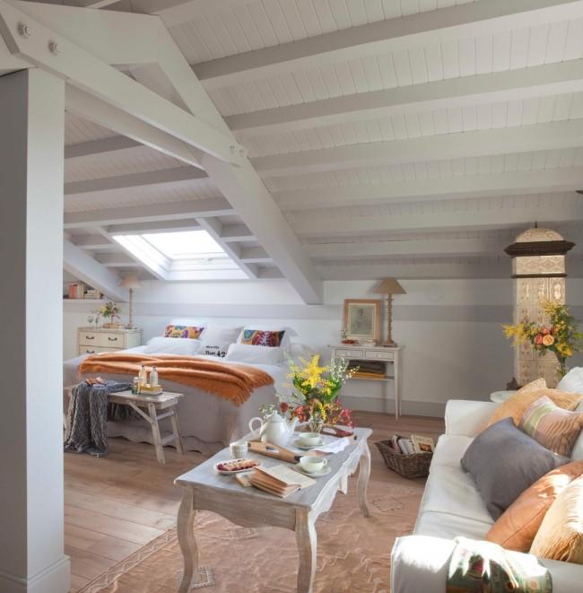 Salon spacieux et lumineux dans le grenier