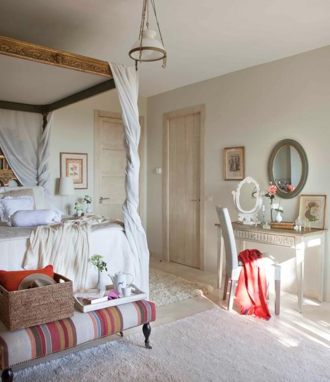 Chambre décorée dans un style victorien avec de délicates nuances romantiques