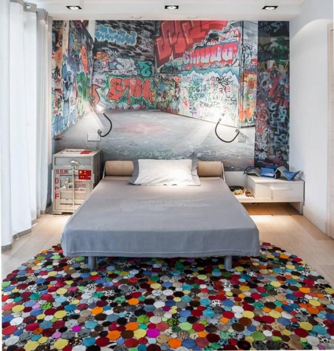 Chambre moderne pour un jeune homme avec un mur peint