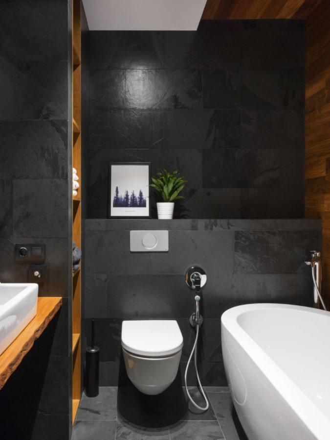 carreaux noirs dans la salle de bain