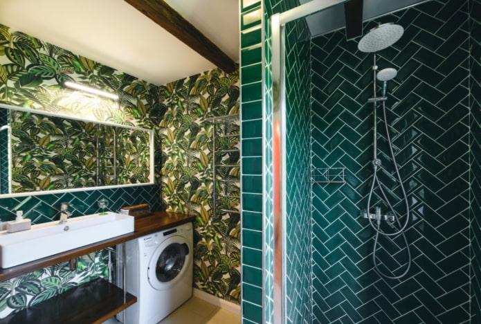 imprimé tropical dans la salle de bain