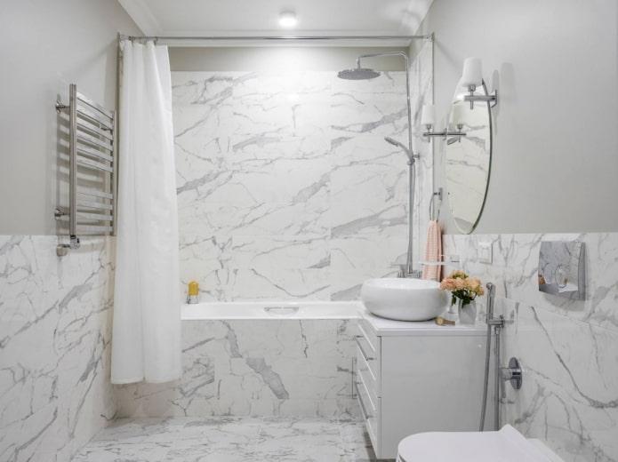 murs et sol de la salle de bain, finis avec les mêmes carreaux