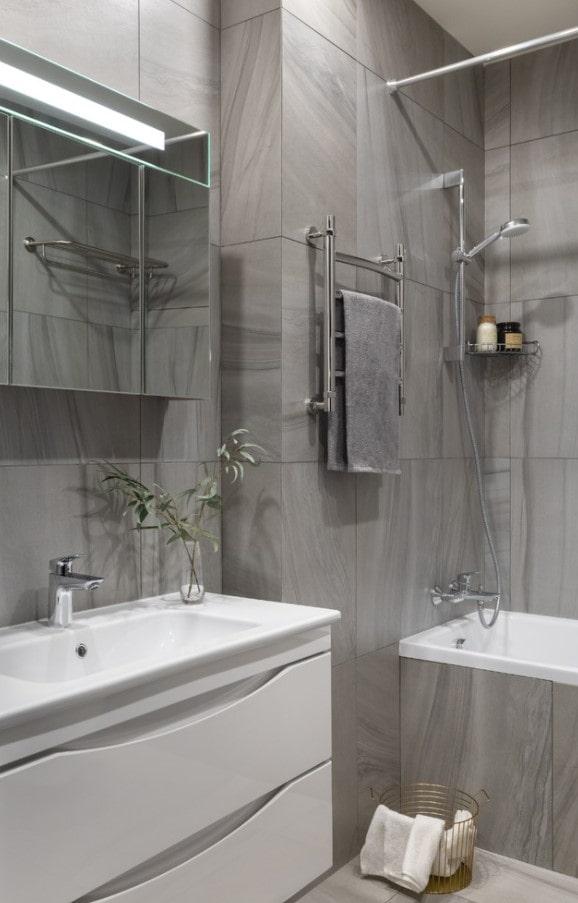 carrelage gris pour les murs de la salle de bain