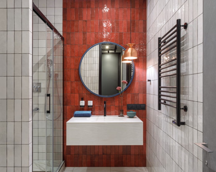 carreaux rouges dans la salle de bain
