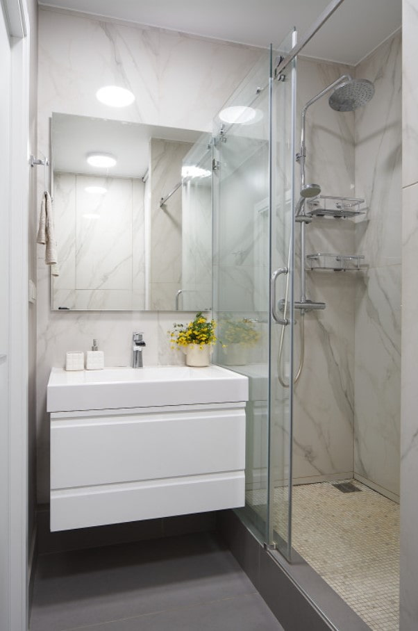 armoire blanche suspendue dans la salle de bain