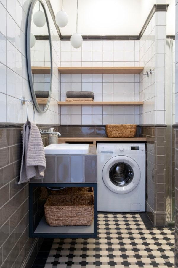 étagères ouvertes dans la salle de bain