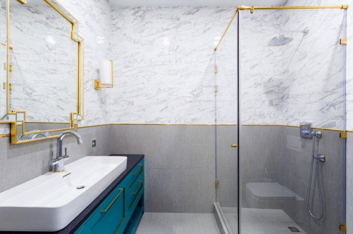 salle de bain avec détails dorés