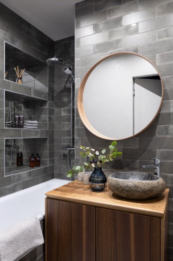 niches dans le mur de la salle de bain comme étagères