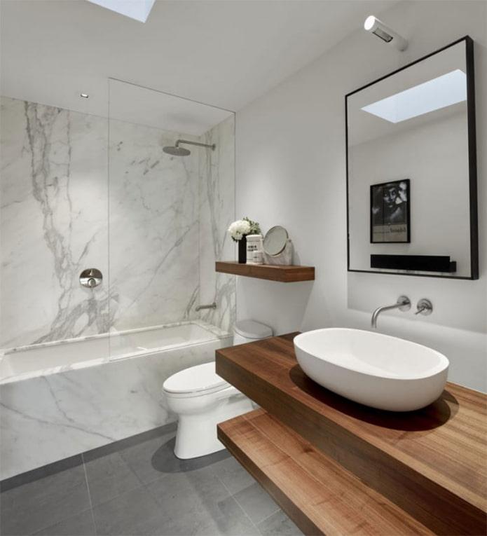 plafond blanc dans la salle de bain