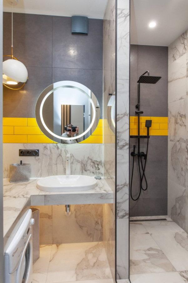 douche ouverte dans la salle de bain