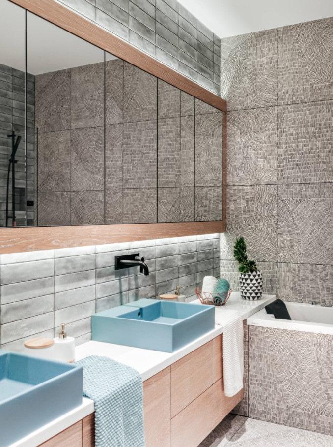 armoires en miroir dans la salle de bain