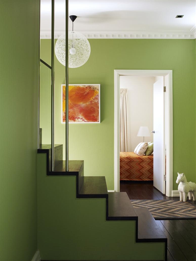 Une joyeuse combinaison de couleur pistache comme couleur dominante et orange comme couleur des textiles et autres accessoires
