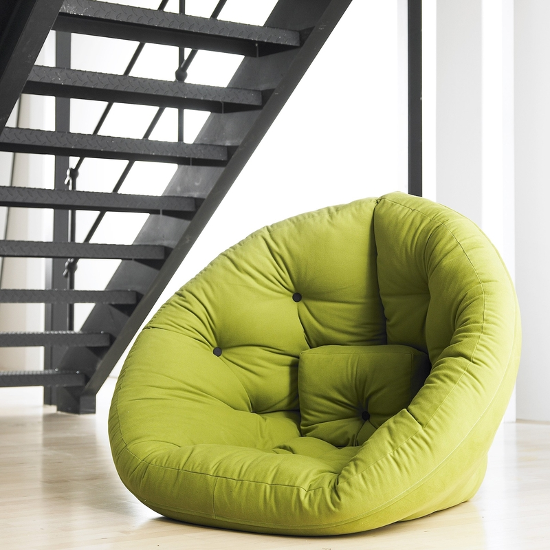 Les grands accessoires ou les meubles individuels de couleur pistache ont toujours fière allure
