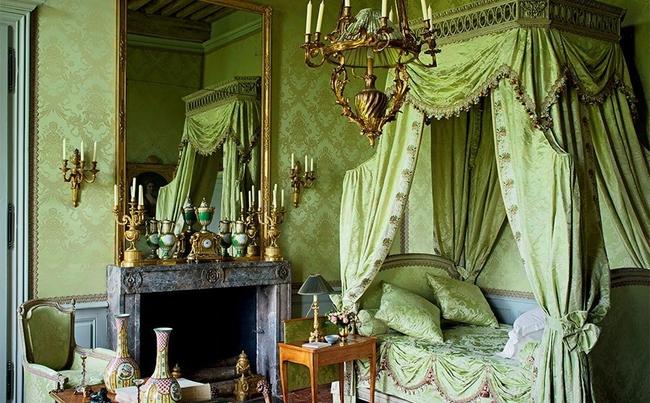 En fonction de la pièce où elle est utilisée, la couleur pistache change d'ambiance générale: dans le design classique du salon, elle devient la couleur du luxe