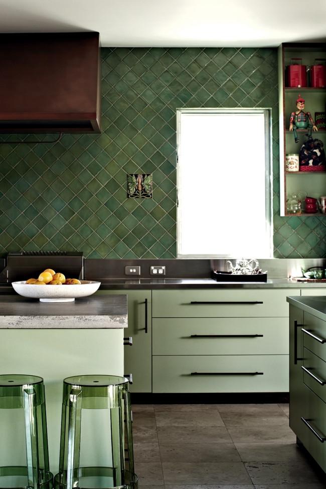 Une combinaison unique et très réussie dans la conception de la cuisine: des carreaux pistache et vert émeraude, dont la texture est soulignée par des meubles transparents
