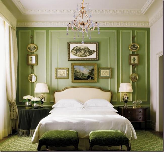 La pistache peut être combinée avec plusieurs nuances de vert dans une pièce à la fois.  Cette combinaison luxueuse peut être favorablement soulignée par la dorure.