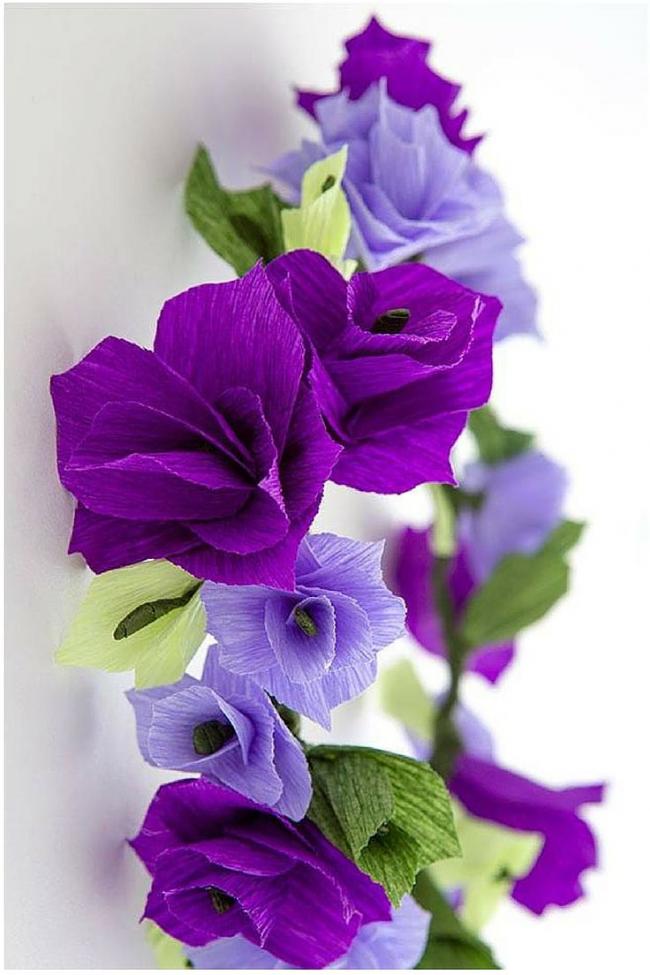 Fleurs en papier dans une couronne