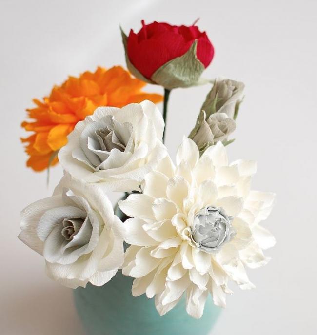 Un bouquet original de papier ondulé décorera l'intérieur