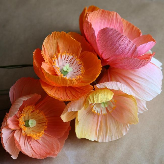 Belles grandes fleurs en papier ondulé