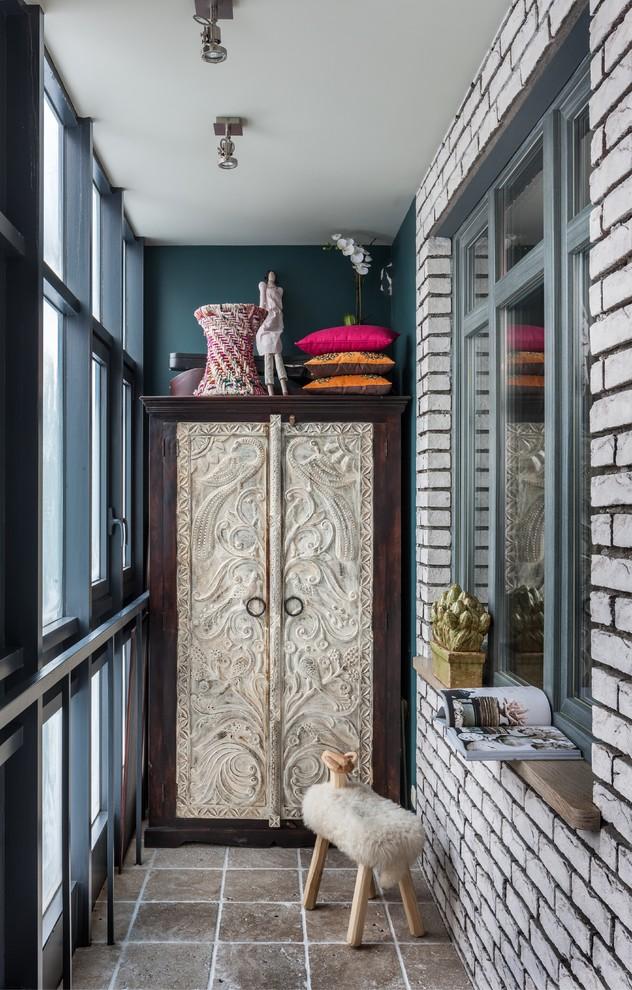 Intérieur de balcon de style fusion avec armoire massive
