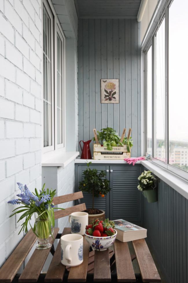Petit balcon de style provençal avec un meuble bas soigné