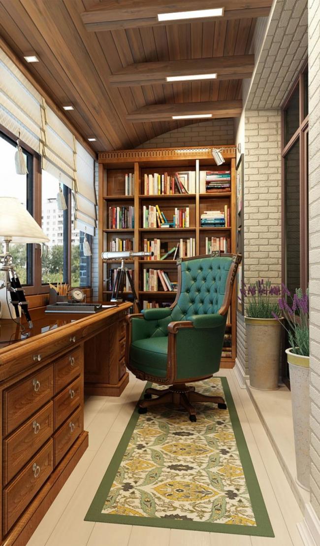 Loggia avec bibliothèque en bois, équipée comme bureau à domicile