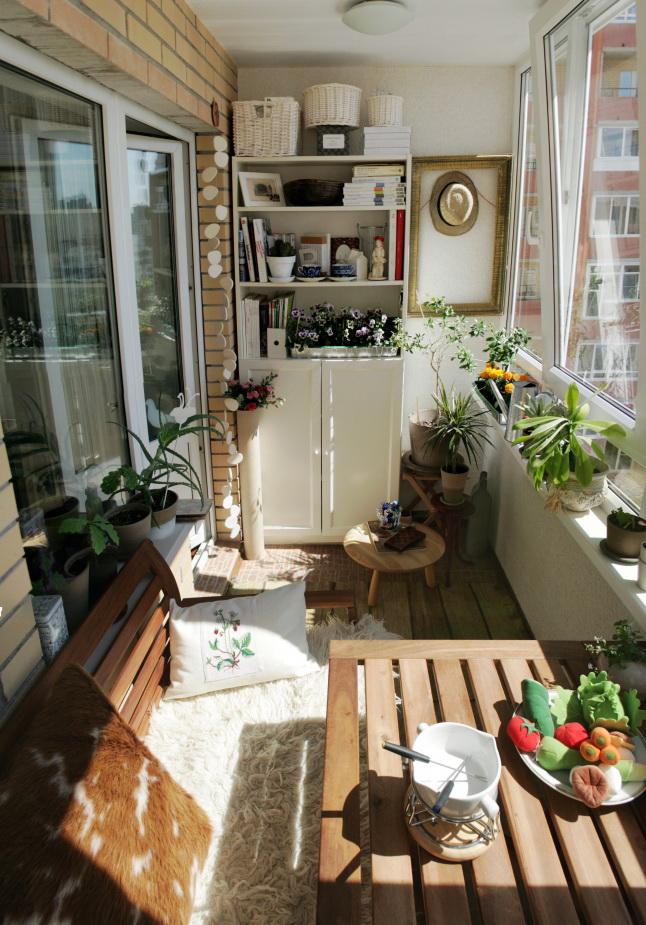 Balcon de style méditerranéen avec armoire blanche